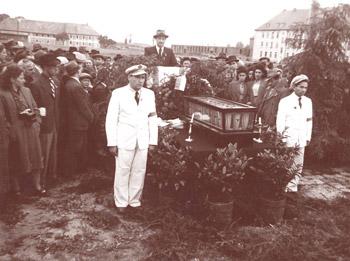 Urnen mit Asche der Opfer